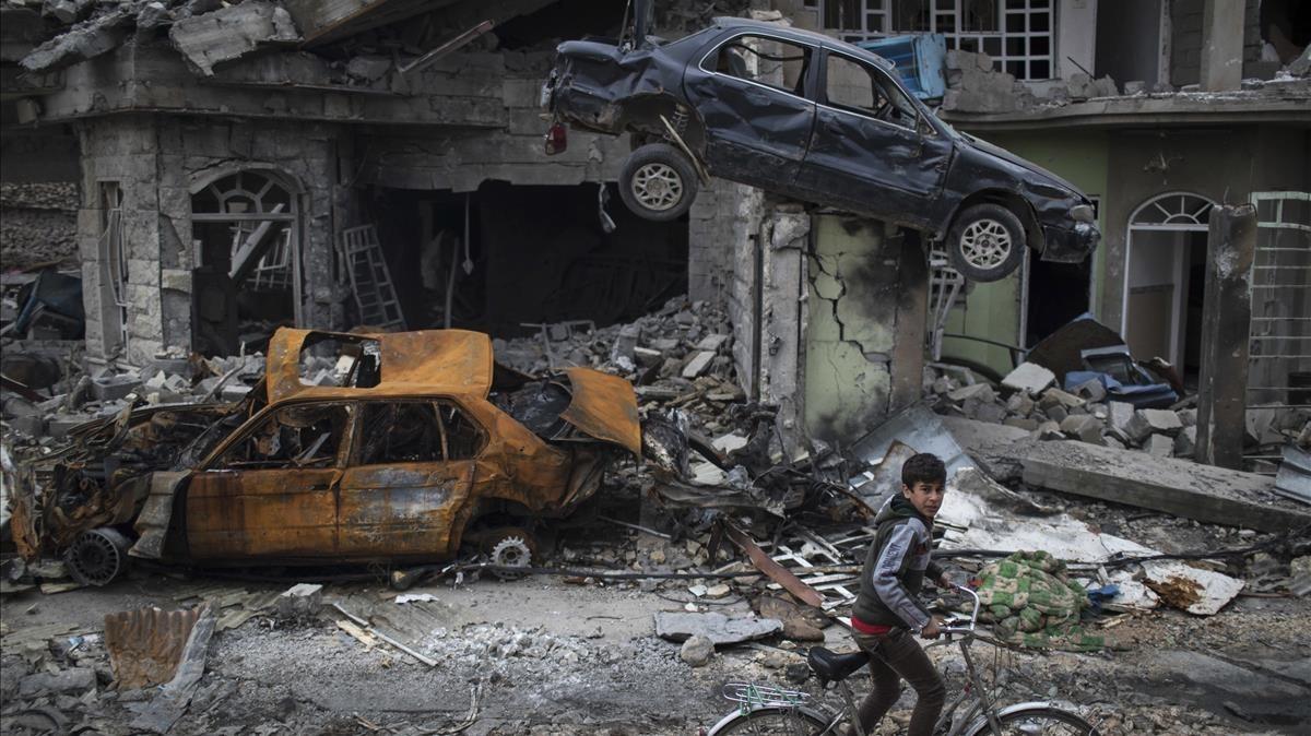 Una calle en ruinas de la ciudad iraquí de Mosul.