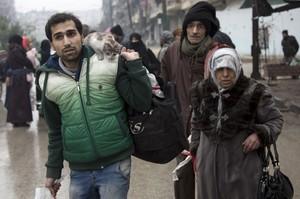 Una familia siria espera a ser evacuada de Alepo.