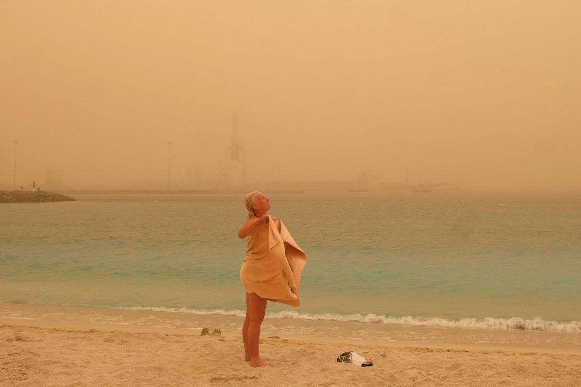 Una mujer, en la playa de Fuerteventura durante el episodio de calima de finales de febrero.