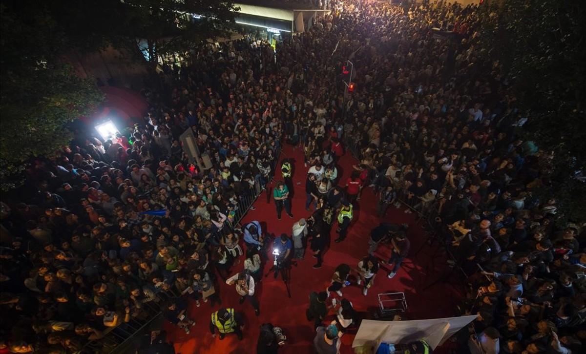 Una multitud de fans de Harry Potterconcentrados la noche del sábado al domingo en Oporto, ante la célebre librería Lello, celebrando el lanzamiento mundial del nuevo libro de la saga.