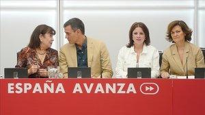 La cúpula socialista, con Pedro Sánchez en el centro, reunida en la sede del partido, este jueves.