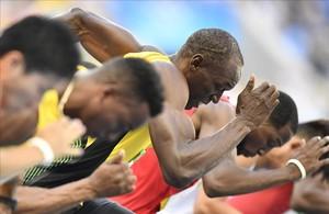 Usain Bolt toma la salida en las series de los 100 metros, su debut en los Juegos de Río.