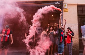 Varios aficionados del Baskonia celebran la victoria del conjunto en la final de la liga Endesa, este martes en Vitoria.