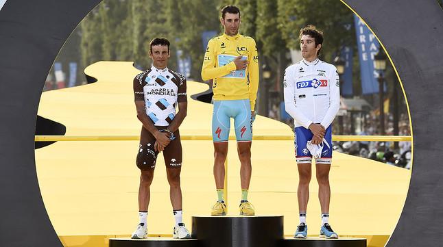 Vincenzo Nibali, escortat per Jean-Christophe Peraud (esquerra) i Thibaut Pinot (dreta), el podi de la 101a edició del Tour