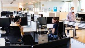 Trabajadores de una oficina, con las medidas reforzadas para evitar contagios del virus.