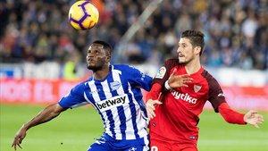 Wakaso (Alavés) y Escudero (Sevilla) luchan por el balón.