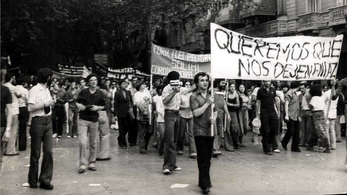 La primera manifestación LGTBI en la historia de España, en las Ramblas de Barcelona el 26 de junio de 1977.