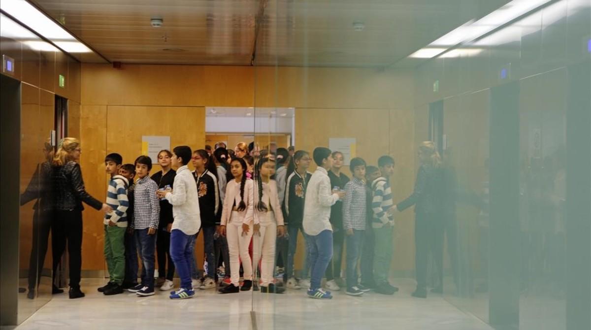 Visita de los alumnos del Institut Escola El Prat, en el bariro deSant Cosme,ala conselleria de Afers Socials, este viernes.