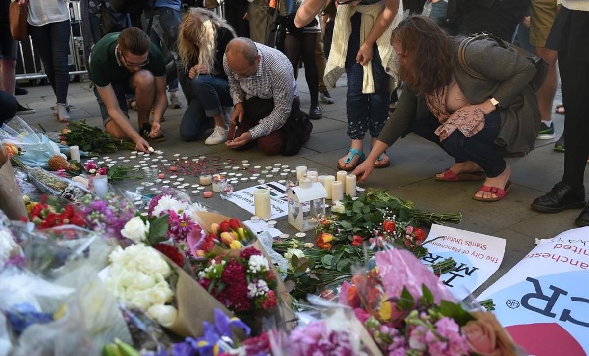 Homenaje popular a las víctimas del atentado enManchester.