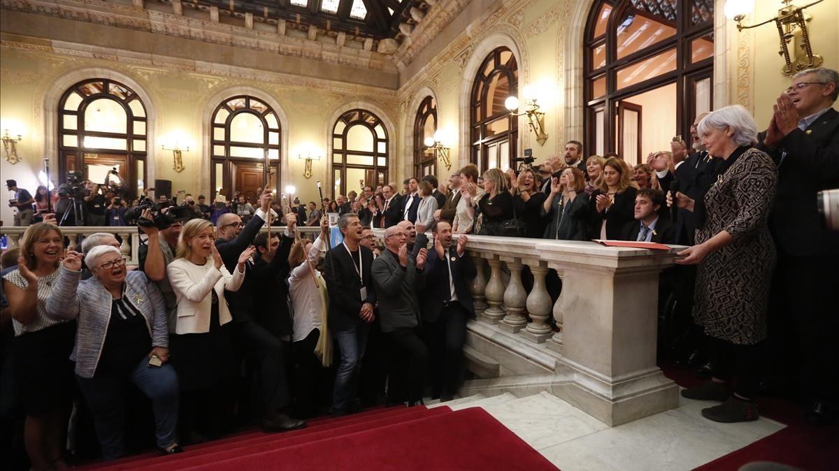 Sabater, el 27 de octubre, en el Parlament, como portavoz de los municipios por la independencia.