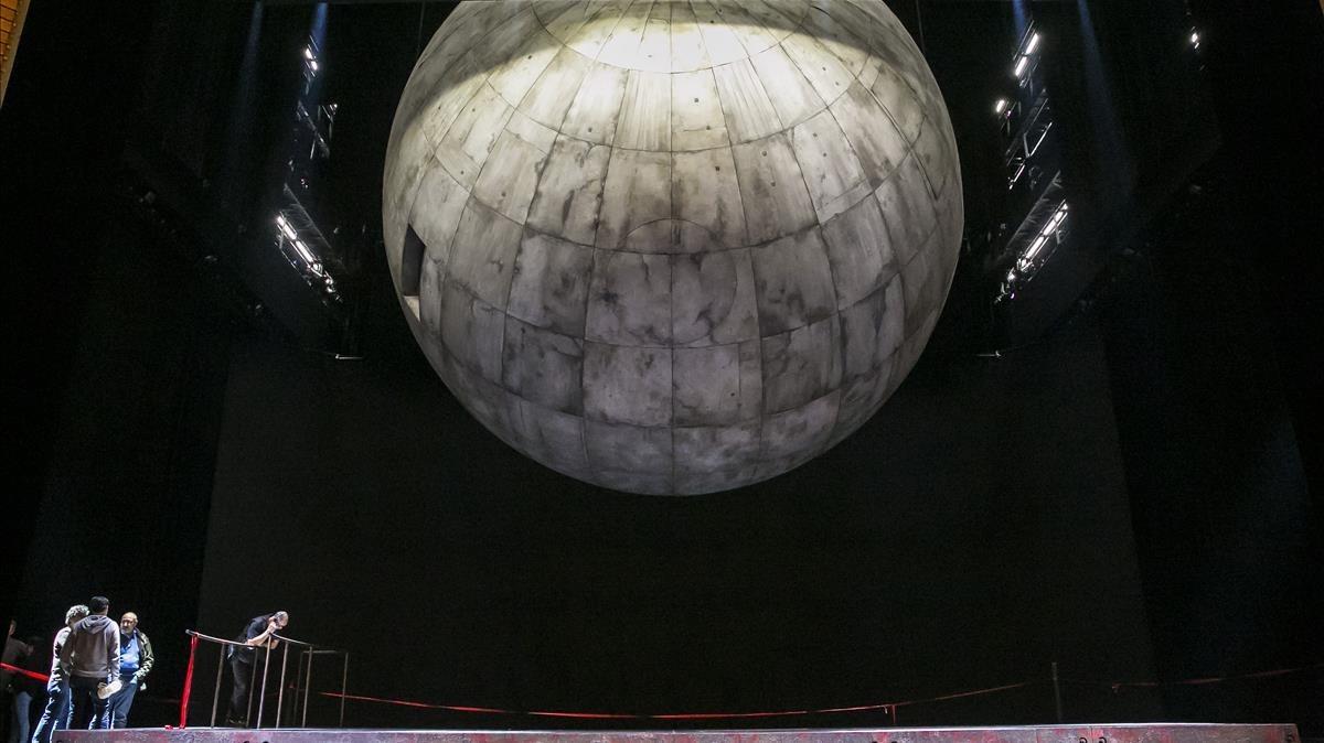 Aspecto de la esfera de más de cinco toneladas, elemento principal de la escenografía de esteTristán e Isolda dirigido escénicamente por Àlex Ollé.