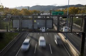 El radar que da inicio al tramo con la velocidad limitada a 60 km/h, en la Ronda de Dalt, el viernes.