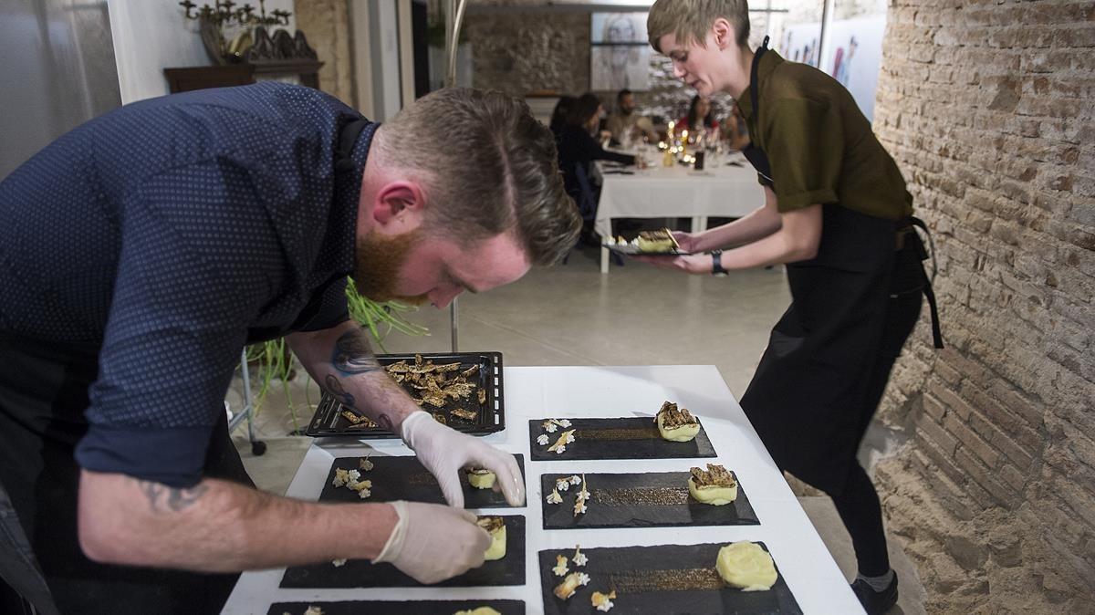 Michael retoca un plato inspirado en Chillida: cerdo al té con puré, mientras Kat empieza a servirlo en la galería Cage.