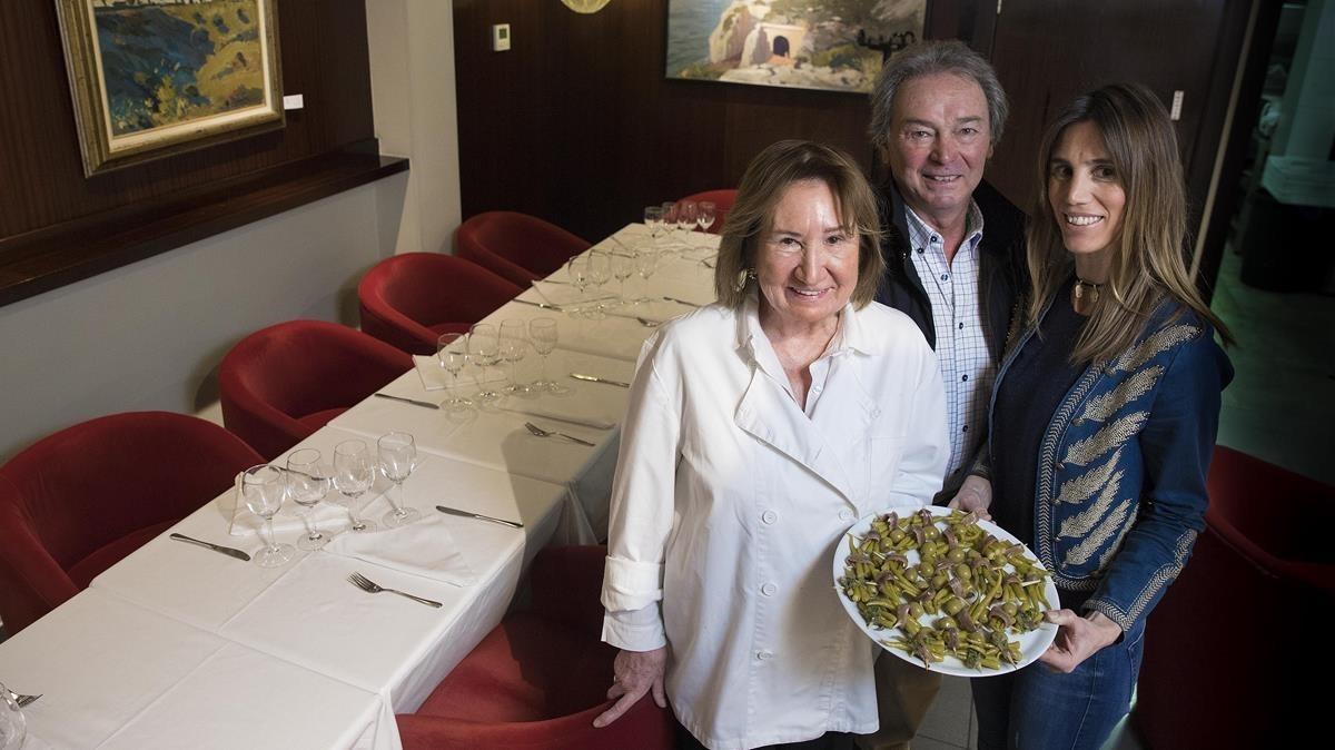 Carmen Erdocia y Julián y María Fernández, en el reservado de Taktika Berri con un plato de 'gildas'.
