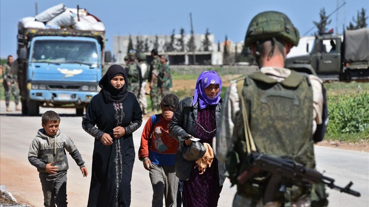 Refugiados sirios huyen de las zonas controladas por los rebeldes.