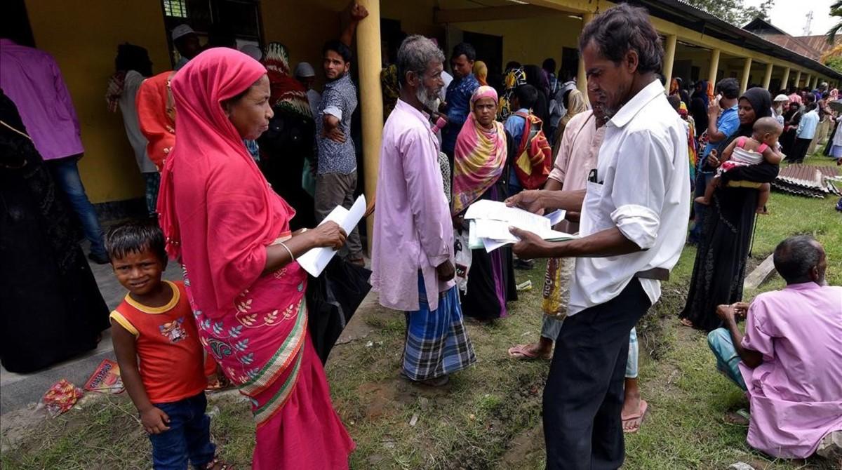 Un grupo de personas ante un centro para el censo en el estado de Assam.