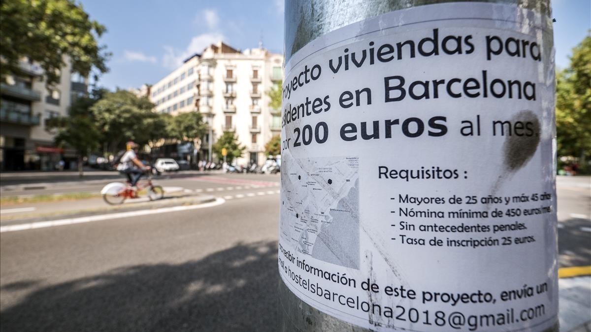 Uno de los anuncios de pisos colmena distribuidos por Barcelona.