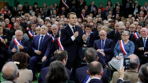 Emmanuel Macron se dirige a un grupo de alcaldes de la Normandía rural, el 15 de enero del 2019, en Grand Bourgtheroulde.