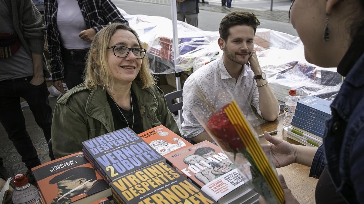 Virginie Despentes firma libros en paseo de Gràcia.