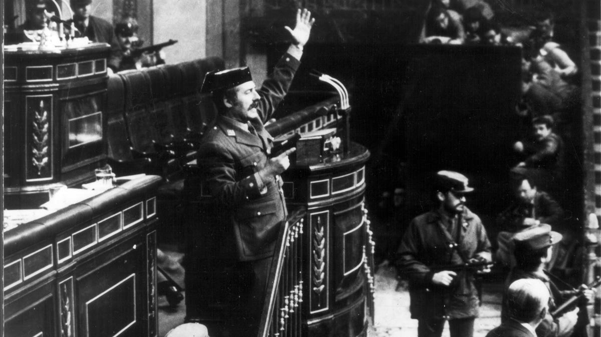 Tejero, en el Congreso, durante el golpe de Estado del 23-F.
