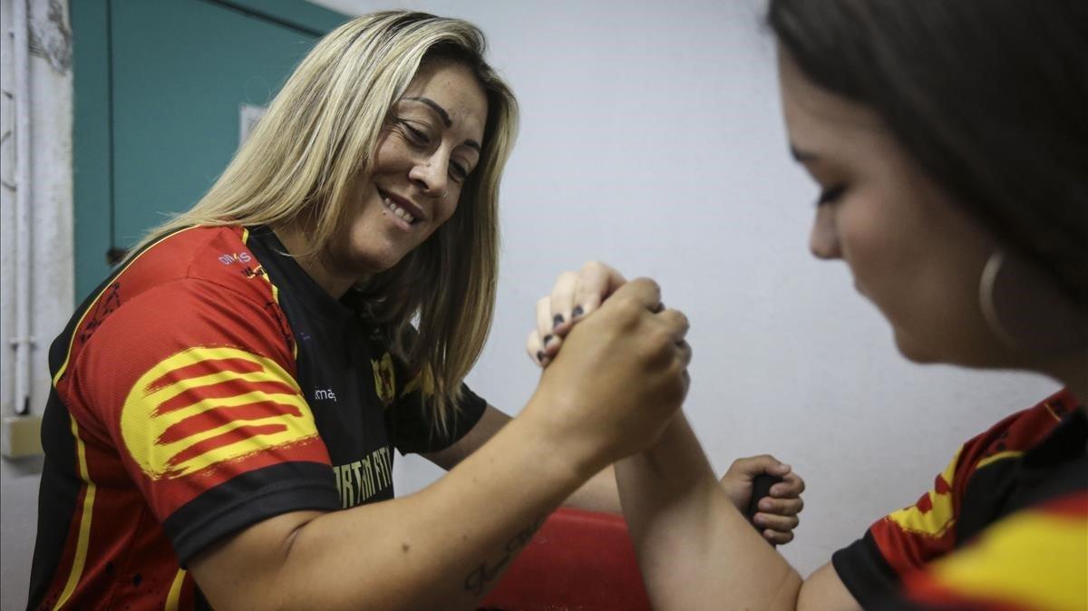 Sonia Miras y, a la derecha, Desiré Aliaga, pulseando, según la RAE.