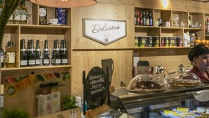 Establecimiento examinado en el Eixample, con licencia de despacho de pan y degustación, donde se puede consumir bebidas alcohólicas, entre otros presuntos incumplimientos de la normativa.