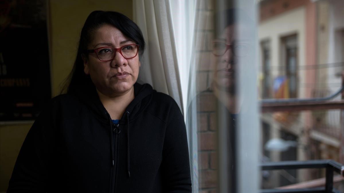 Rocío Echeverría, una trabajadora del hogar sin contrato, que ha perdido el empleo, ayer en su casa.