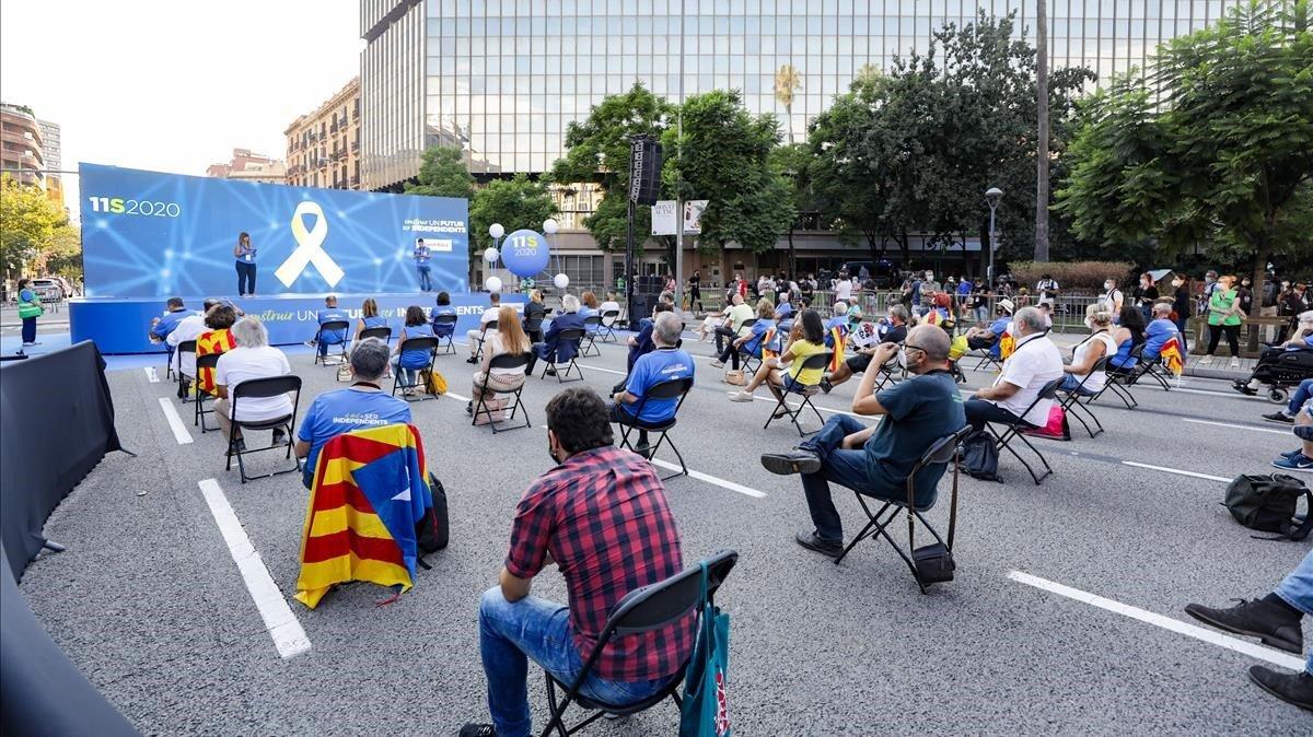 Concentración de la ANC ante la Agencia Tributaria, en la plaza de Letamendi de Barcelona.