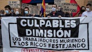 Protesta de un sindicato estudiantil contra los participantes en la fiesta del Colegio Mayor Galileo Galilei de València