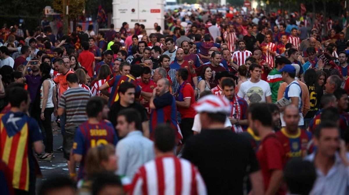 Aficionados del Barça y del Athletic, en la final de la Copa del 2012 que se disputó también en el Vicente Calderón.