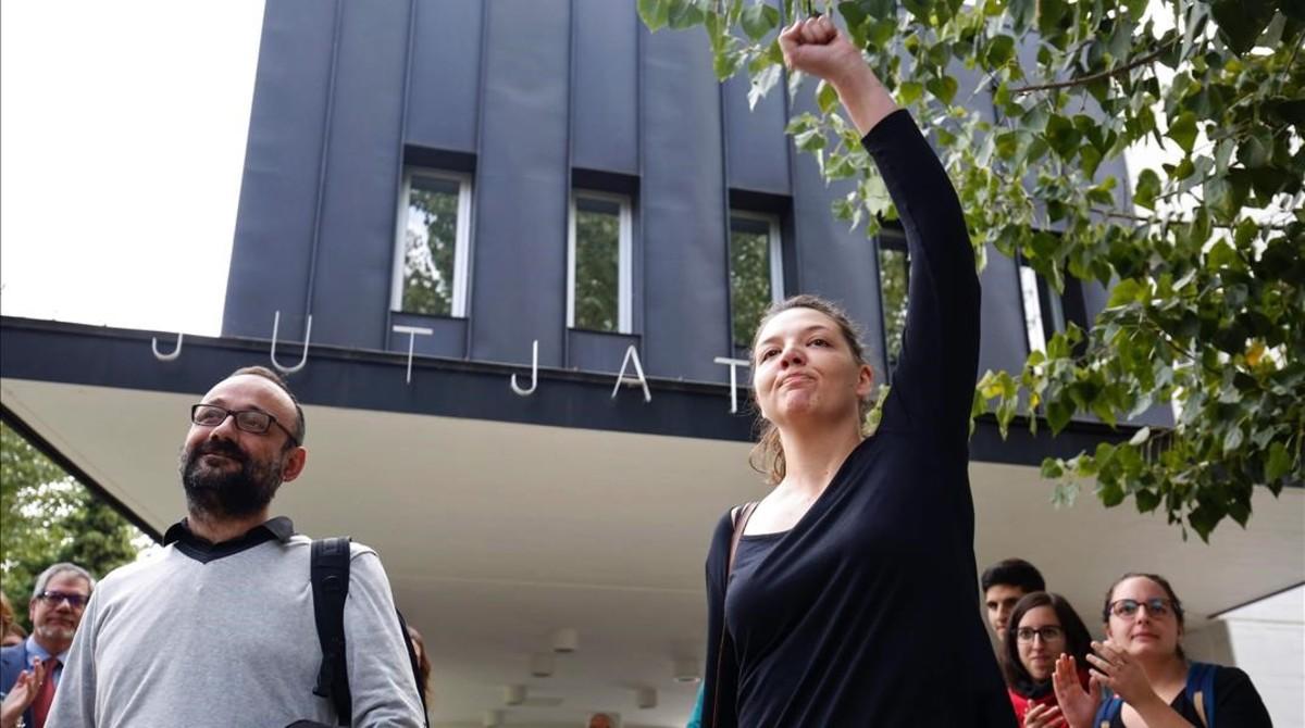 La alcaldesa de Berga, Montse Venturós, a su salida de los juzgados junto a su abogado, el diputado de la CUP Benet Salellas.