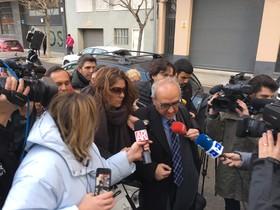 La madre de Nadia, Margarida Garau, este viernes llegando a los juzgados de la Seu dUrgell en compañía de su abogado.