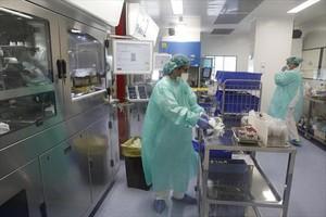 Preparación de tratamientos de quimioterapia contra el cáncer en el Hospital Duran i Reynals del Institut Català dOncologia en LHospitalet, ayer