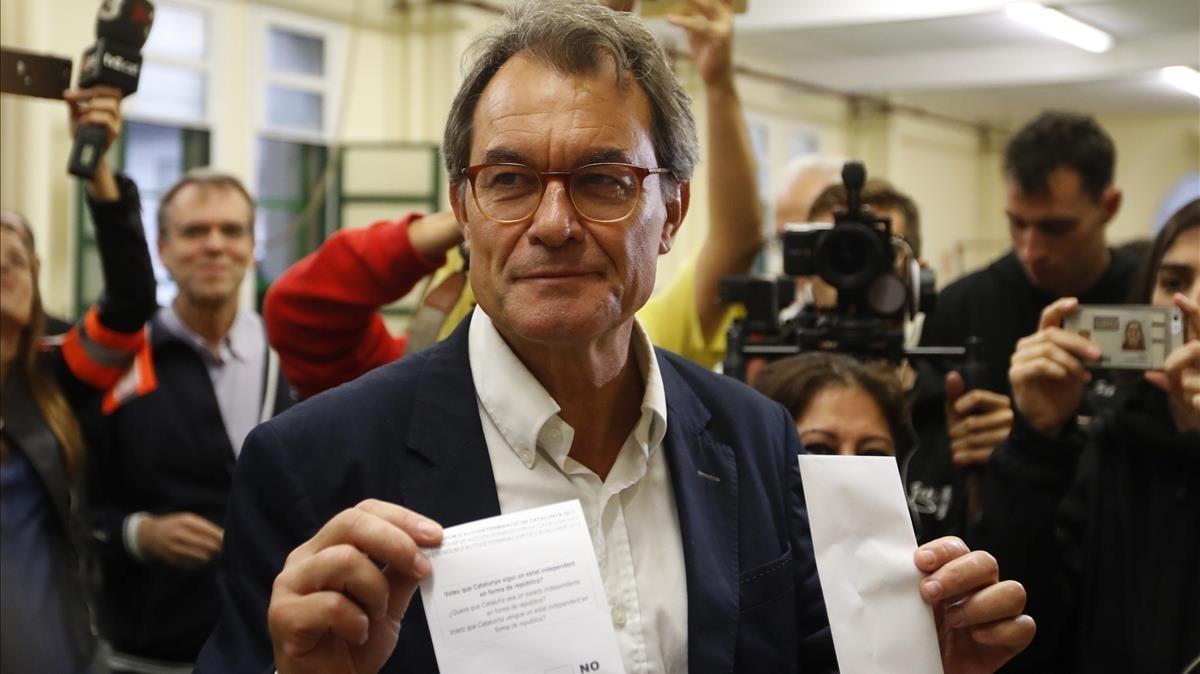 El expresidente Artur Mas ha votado en el colegio Infant Jesús de Barcelona.