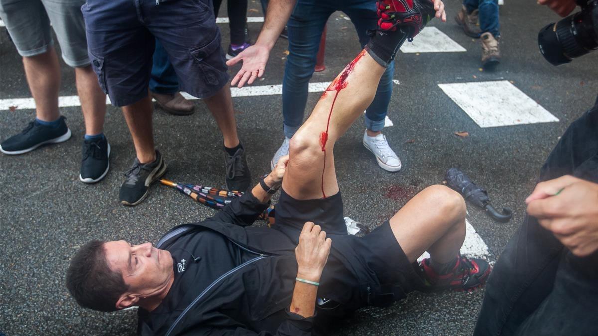 Un herido por pelota de goma tras los disparos efectuados por la Guardia Civil en el colegio Ramon Llull.