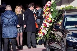 Familiares y amigos de Diana Quer, ayer, a la salida del tanatorio, en Madrid.