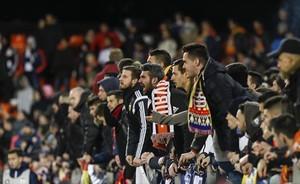 Aficionados del Valencia, durante el partido de Copa contra el Barça.