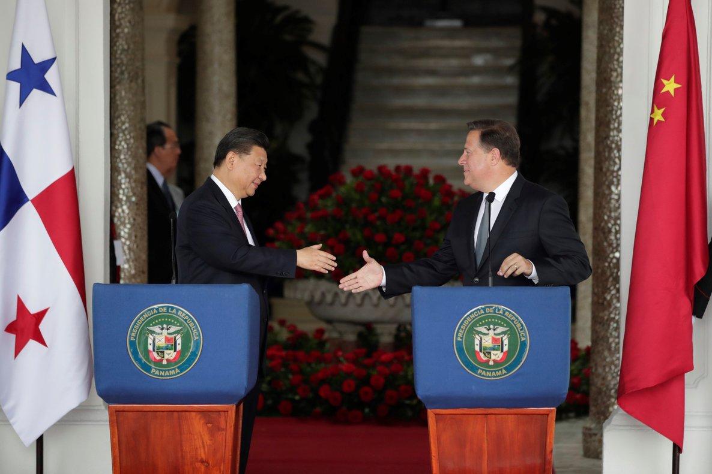 El presidente chinoXi Jinpingle da la mano a su homologo de PanamaJuan Carlos Vareladurante una rueda de prensaen el Palacio Presidencial en ciudad de Panama.EFE Bienvenido Velasco