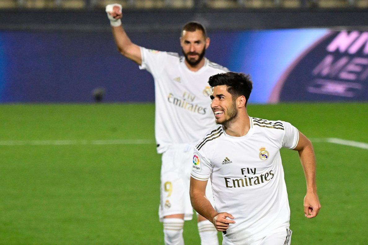 El Madridista Asensio celebra su gol ante el Valencia con Benzema al fondo.