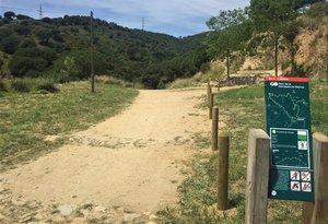 Acceso al parque de la Serralada de Marina en Badalona.