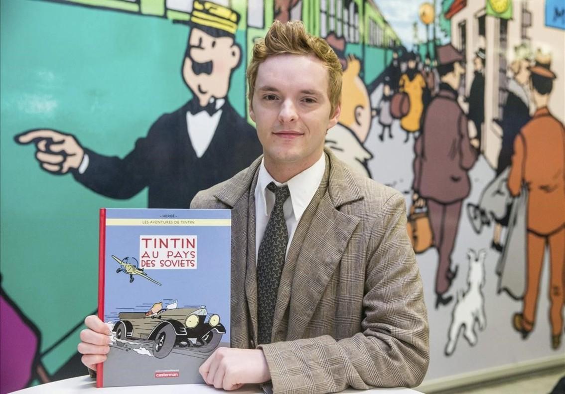 Un actor disfrazado de Tintín, posa con la edición en color de Tintín en el país de los soviets, en Bruselas, el lunes.