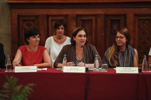 Ada Colau, flanqueada por Laia Ortiz (izquierda) y Janet Sanz, este martes en la comisión mixta sobre desahucios en el Ayuntamiento de Barcelona.