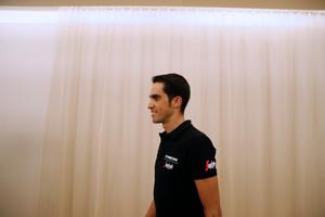 Alberto Contador pasea por el hotel que ocupa en la ciudad francesa de Nîmes.