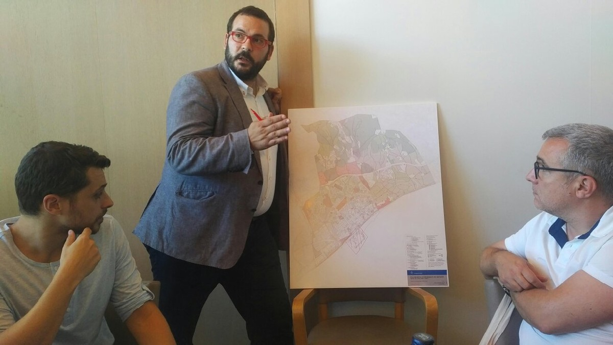 El alcalde de Mataró, David Bote, se ayudó de un mapa de la ciudad para explicar como el Mataró 2022 es un contenedor de los otros planes estratégicos que la ciudad tiene en marcha.