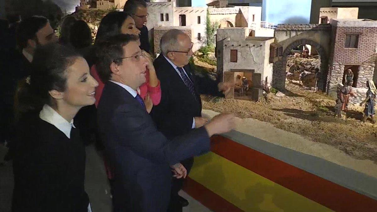 Almeida envuelve el belén de Madrid con una bandera española