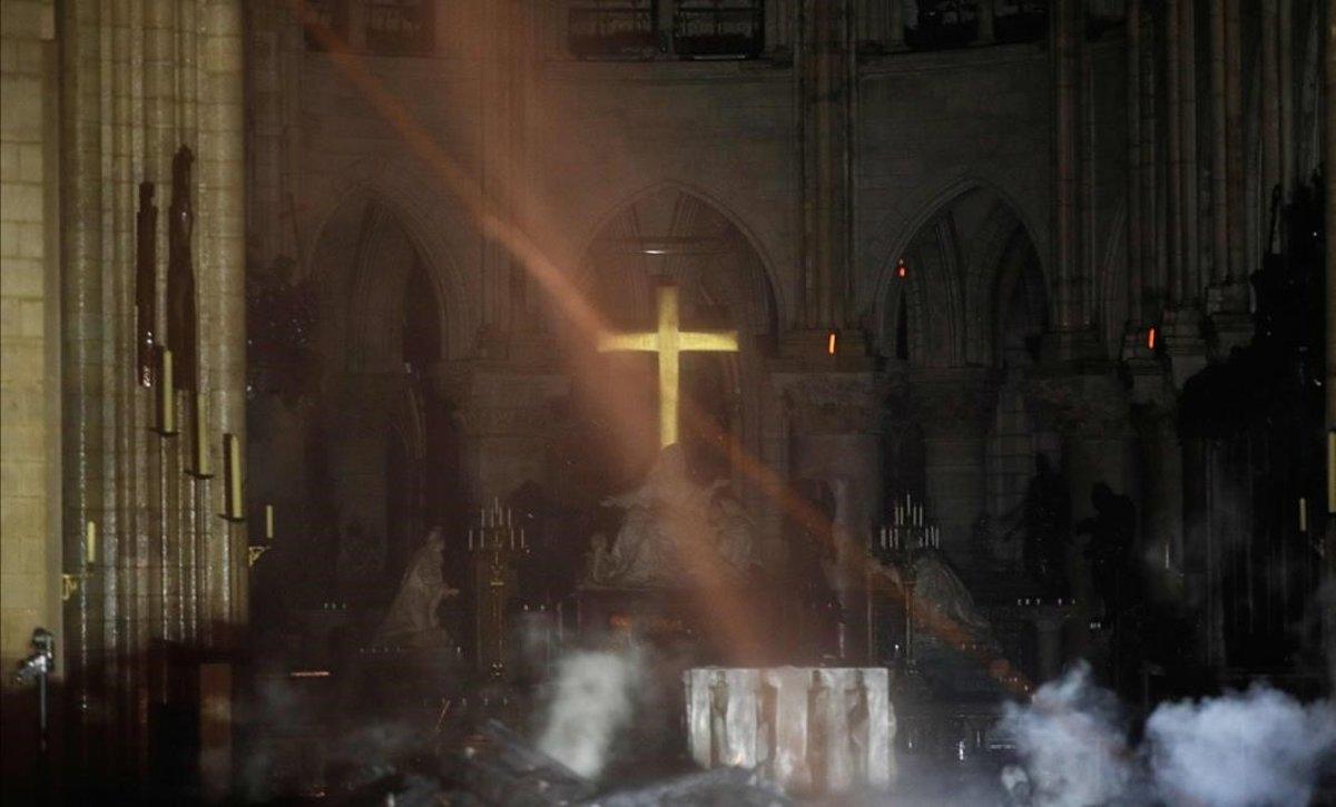 El altar de Notre Dame, tras el incendio.