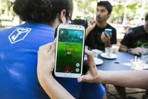 Jugadores de Pokémon Go en un parque de Barcelona, el pasado 14 de julio.