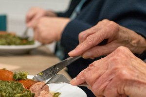 Las comidas se reparten en unos sesenta domicilios de la ciudad.
