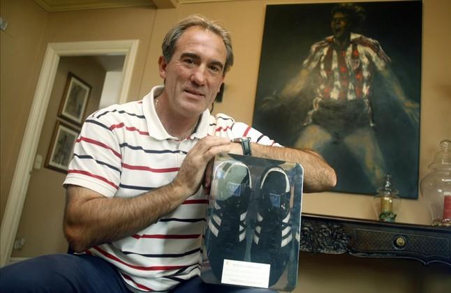 Andoni Goikoetxea, con una botas de su época de jugador, en una imagen reciente en su casa.