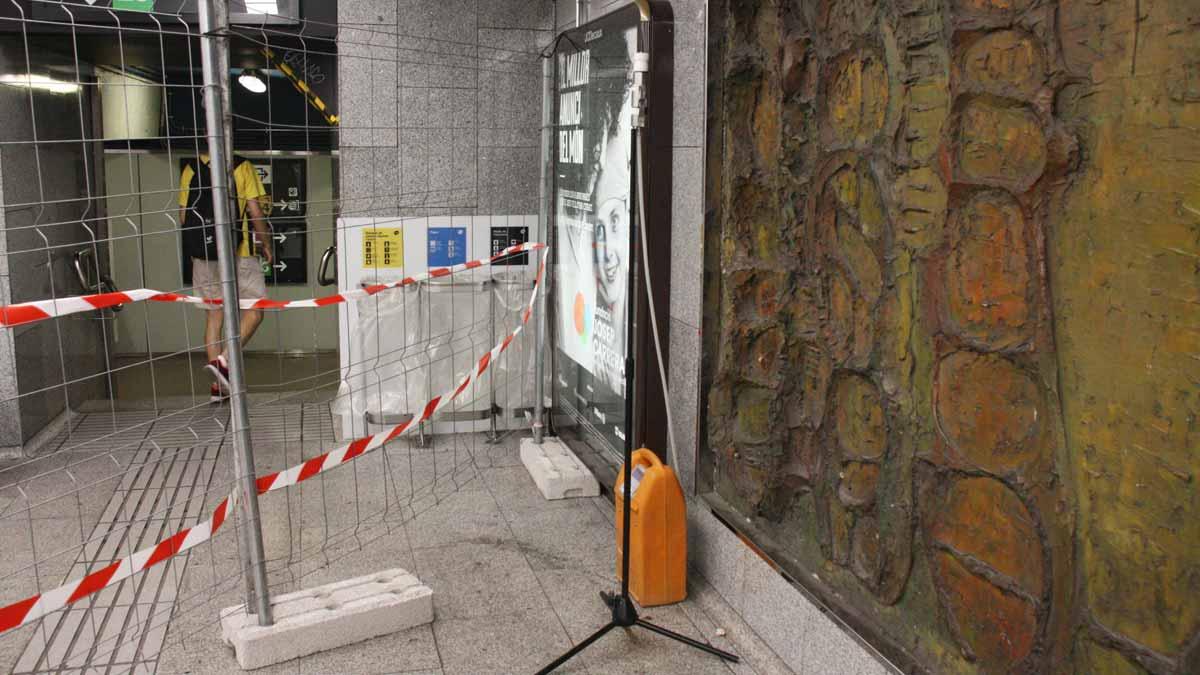 Aparatos de análisis de aire para buscar amianto en la parada de metro de Passeig de Gràcia, en Barcelona.